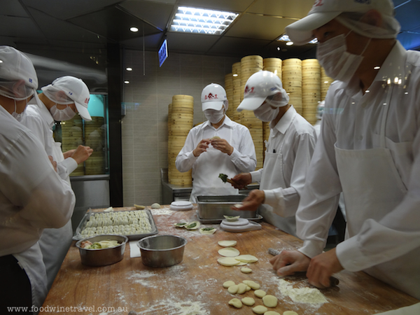 Tom Cruise visited the Taipei 101 restaurant of Din Tai Fung and learnt how to make dumplings and wontons when he was in Taiwan promoting his latest movie.